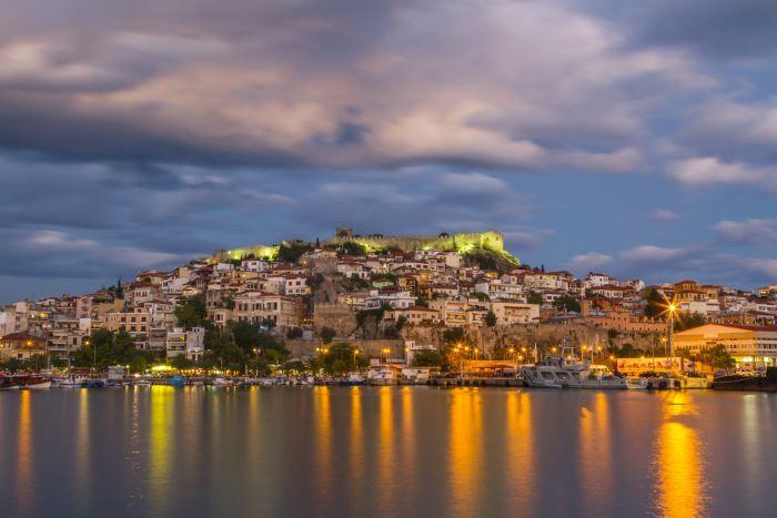 """Abendsonne in Kavala """"Das reiselustigste Volk der Welt"""" – der aktuelle Ratgeber um das Thema Urlaub"""