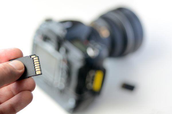 Eine SD Karte vor einem Fotoapparat Ratgeber: Die besten SD Karten