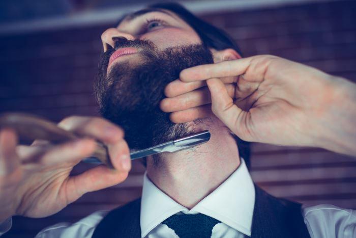 Junger Mann mit Vollbart Rasierer – der große Ratgeber rund um das Thema Haarentfernung und Rasur