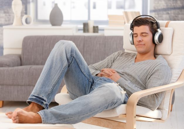 Kopfhorern auf einem Liegesessel Die besten 150€ Over Ear Kopfhörer