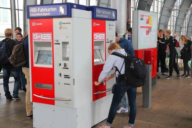 Ticketautomat am Bahnhof Ratgeber für Nah  und Fernverkehr   Bahn verspätet? Bekomme ich Geld zurück?