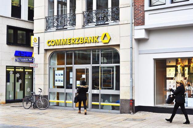Eine Frau besucht eine Commerzbank Filiale, um Ihre Bankgeschäfte zu erledigen.