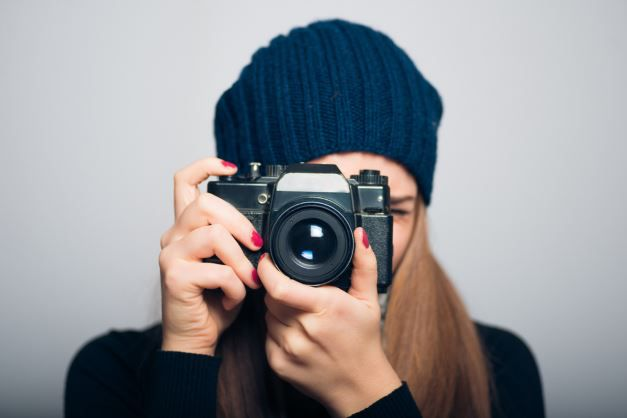 Eine fotografierende Frau.