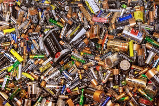ein Berg von Batterien Ratgeber: Die besten wiederaufladbaren AA Batterien