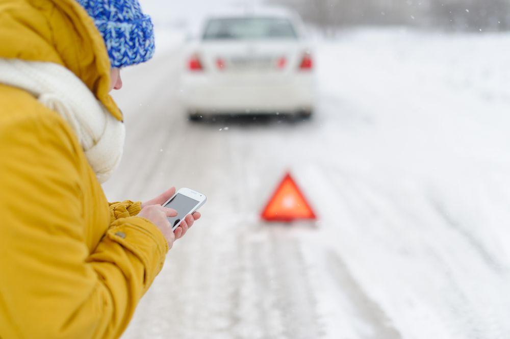 Frau ruft den Notruf Ratgeber: Was man tun (und nicht tun sollte) um die Akkulaufzeit vom Smartphone zu verlängern
