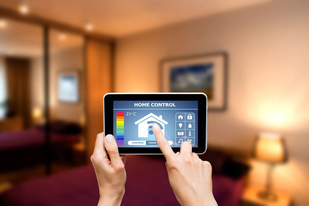 Tablet PC in der Mitte des Raumes Licht wird über das Tablet gedimmt Der große Smart Home Ratgeber