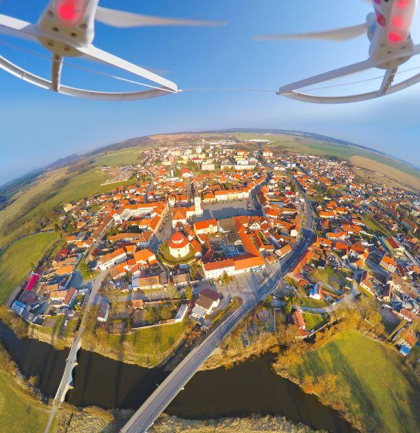 Drohne über einer Stadt in Tschechien Drohnen und Quadrocopter: Die große Drohnen Kaufberatung