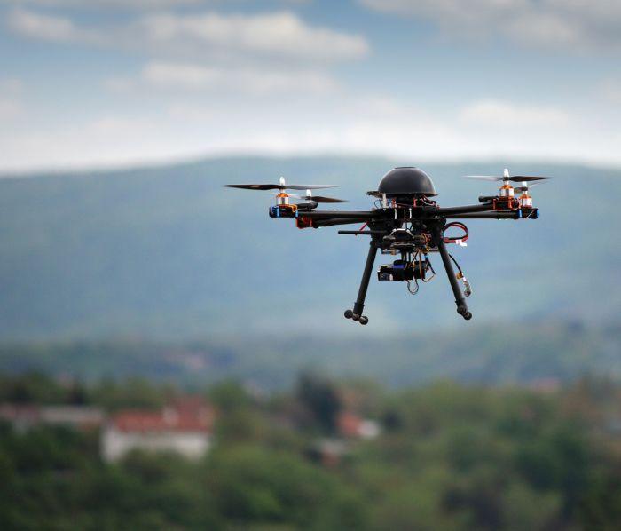 Drohne mit Kamera über Stadt Drohnen und Quadrocopter: Die große Drohnen Kaufberatung