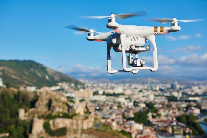Drohne mit integrierter Kamera über einer Stadt Drohnen und Quadrocopter: Die große Drohnen Kaufberatung