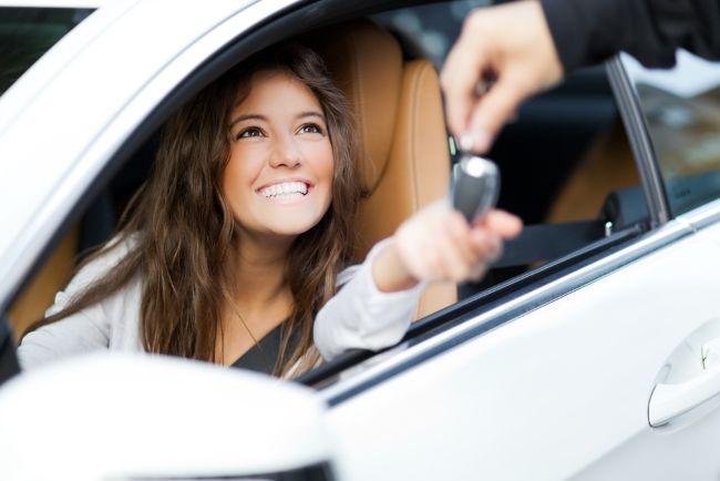 Junge hübsche Dame So sparst du richtig beim Autokauf – der große Ratgeber zum Thema Autokauf