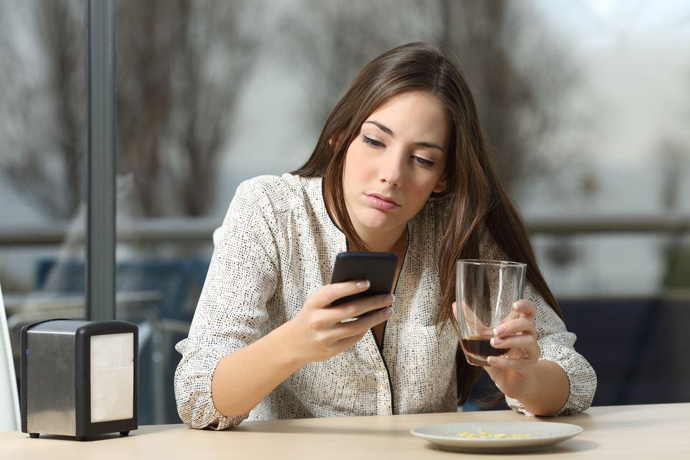 Singlefrau mit Handy Dating Apps – Der große Ratgeber um das Thema Tinder, Lovoo und Badoo