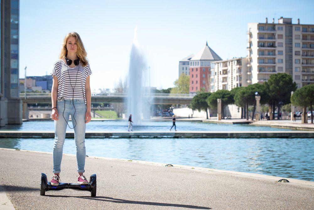 junge frau mit hoverboard Hoverboards – Die beste Kaufberatung