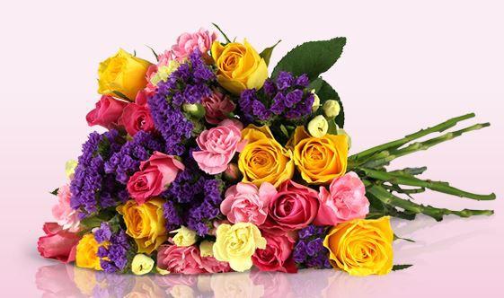 Blumenarrangement mit gelben und rosa Rosen für 18,90€