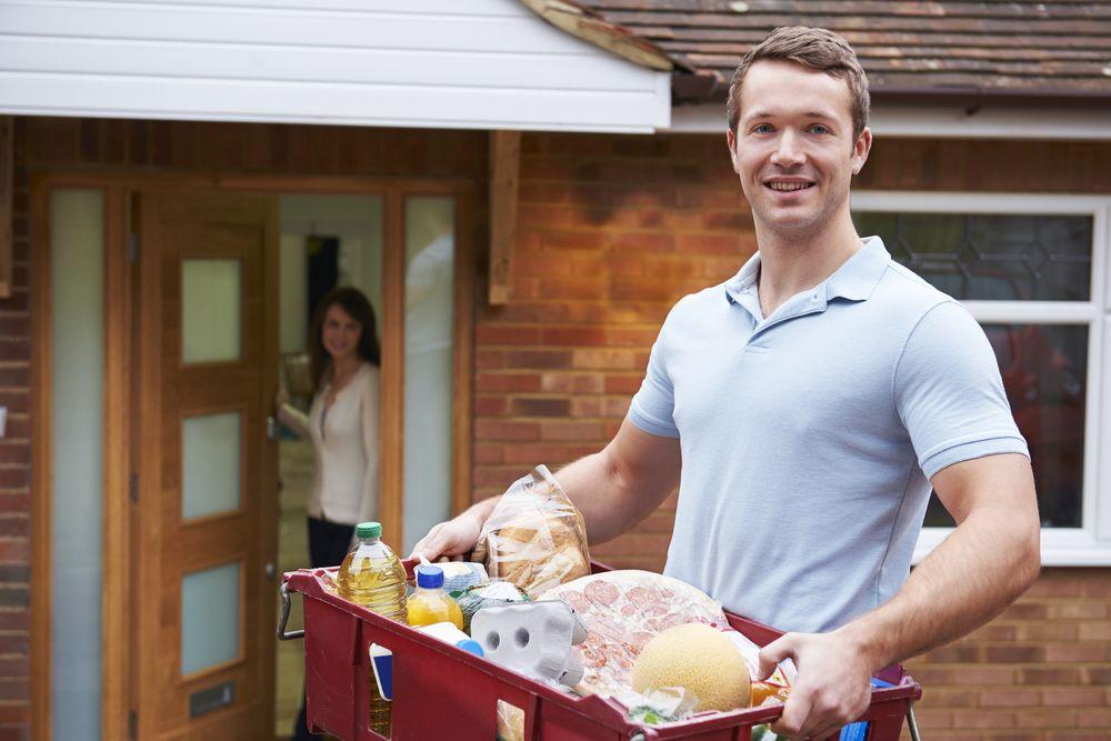 Mann mit Lebensmittel Lebensmittel online bestellen   Die besten Tipps!