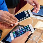 Ehepaar beim Vergleichen von Samsung- und Apple-Geräten.
