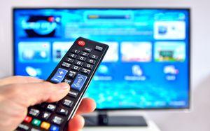 Fernseher mit Fernbedienung 300x187 SAT Receiver Vergleich