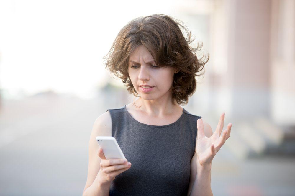 Junge Dame mit Smartphone Das beste Handynetz Deutschlands