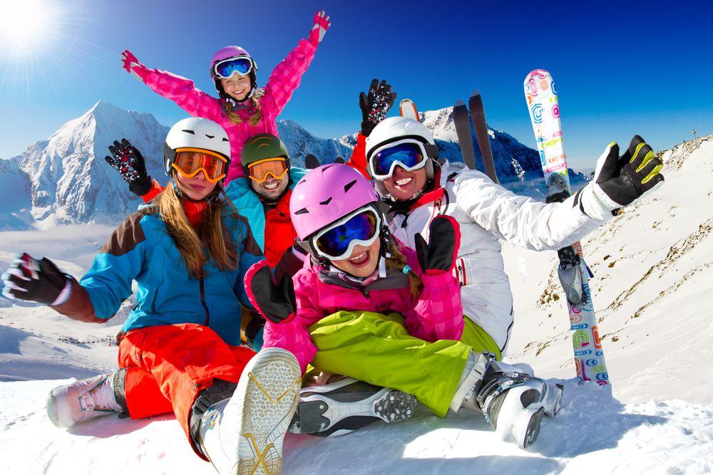 Familie im Skiurlaub Skiurlaub in den Alpen – So spart man richtig viel Geld!