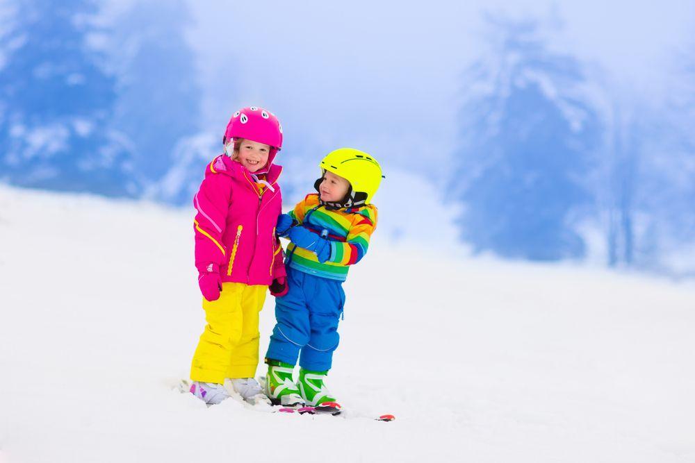 Kinder im Schnee Skiurlaub in den Alpen – So spart man richtig viel Geld!