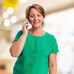 frau mit seniorhandy Seniorenhandy   Das richtige Handy für ältere Menschen