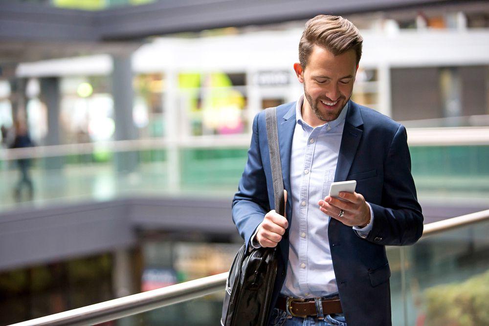 Mann mit Telefon Die besten Mobilfunkanbieter   Das beste Handynetz