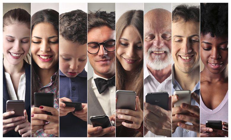 Menschen unterschiedlichen Alters mit Smartphone