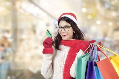 Junge Dame freut sich über günstigen Einkauf