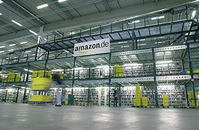 Bad Hersfeld Innenansicht  mit Amazon Logo Fliegende Warenhäuser: Amazon prüft neue Vertriebswege