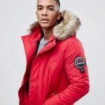 Bis 50% Rabatt auf Winterkleidung bei asos + VSK-frei ab 30€ – z.B. Superdry Everes Parka in Rot für 135,99€ (statt 165€)