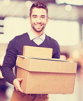 paket annehmen junger mann Rechte & Pflichten beim Paketversand / Paketempfang
