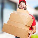 paketbode-mit-paketen