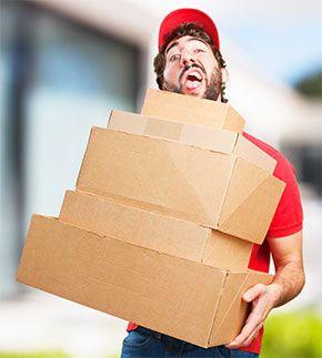 paketbode mit paketen Rechte & Pflichten beim Paketversand / Paketempfang