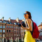 Junge hübsche Frau beim Sightseeing in einer Blind Booking Reise