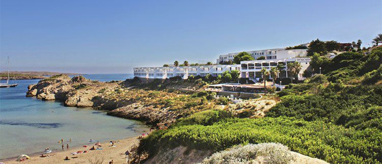 2 Wochen auf Menorca im guten Appartmenthotel mit Flügen, Transfer & Zug zum Flug ab 365€
