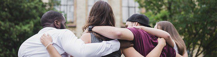 Studenten umarmen sich