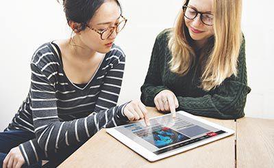 Zwei Frauen am Tablet