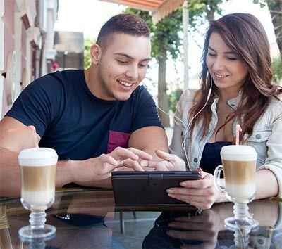 Paar surft mit LTE auf Tablet