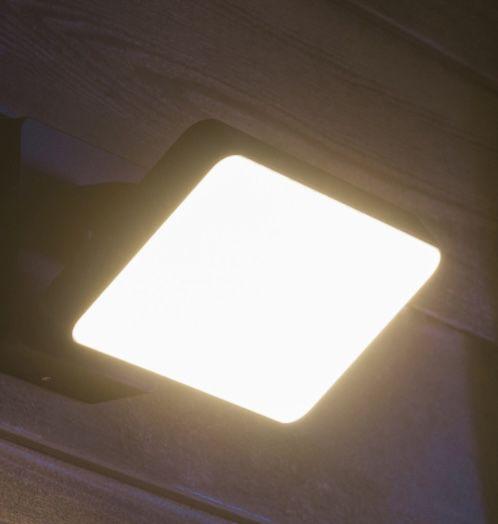 Philips Hue White Welcome Flutlicht + Bewegungssensor für 119,90€(statt 155€)