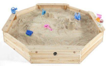 plum gigantischer Kinder Sandkasten aus Holz mit Bänken und Schutzhülle für 79,99€ (statt 95€)