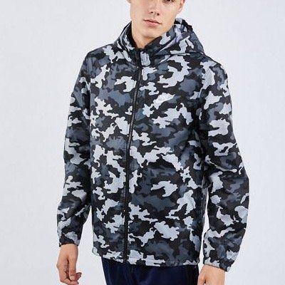 NIKE Sportswear Windbreaker in Camouflage für 39,99€ (statt 57€)   XS, S, M, L und XL