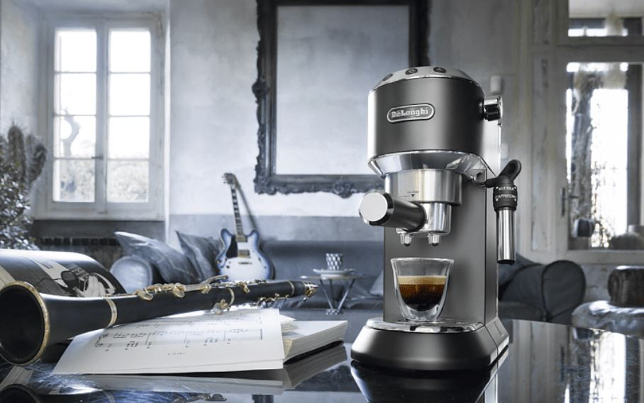 Top! Delongi EC 685.BK Dedica Style Espressomaschine + Milchaufschäumer Delongi EMF2.B Alicia Latte für 116,81€ (statt 209€)