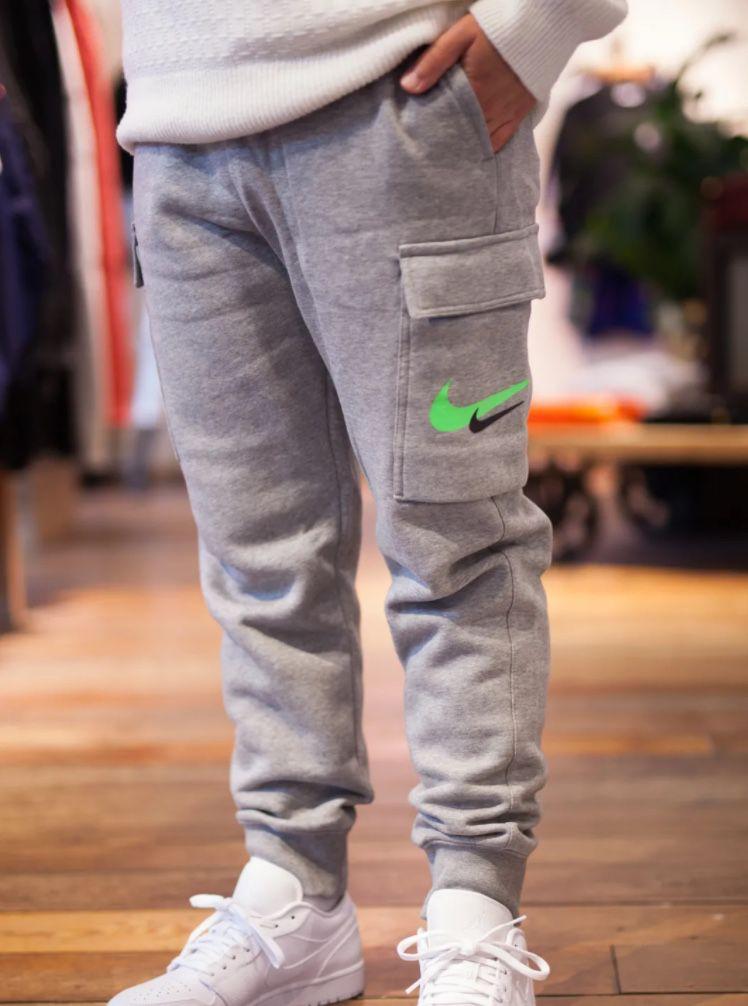 Ausverkauft! Nike Printed Swoosh Cargo Pants für 25,90€ (statt 54€)