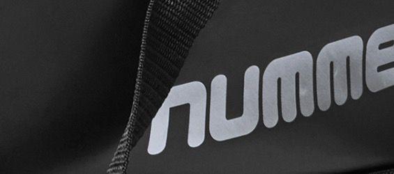 Hummel Authentic Charge Sport Tasche Schwarz, Blau oder Rot in S oder L für 11,94€ (statt 24€)