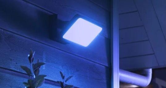 Philips Hue White & Color Discover Flutlicht + Bewegungssensor für 134,49€(statt 160€)