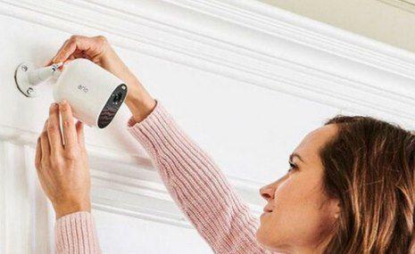 3er Set: Arlo 1080p Überwachungskamera Essential Spotlight für 250€ (statt 299€)