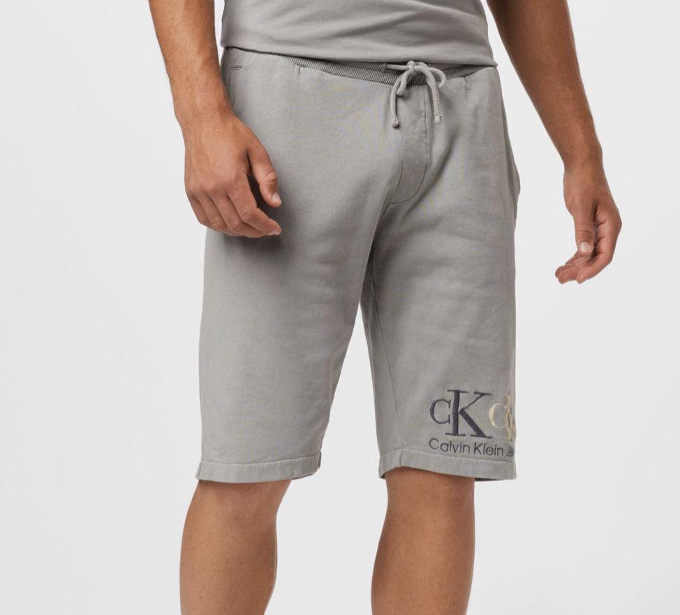 Calvin Klein 90S Double Monogram HWK Short aus Bio Baumwolle für 39,95€ (statt 80€)