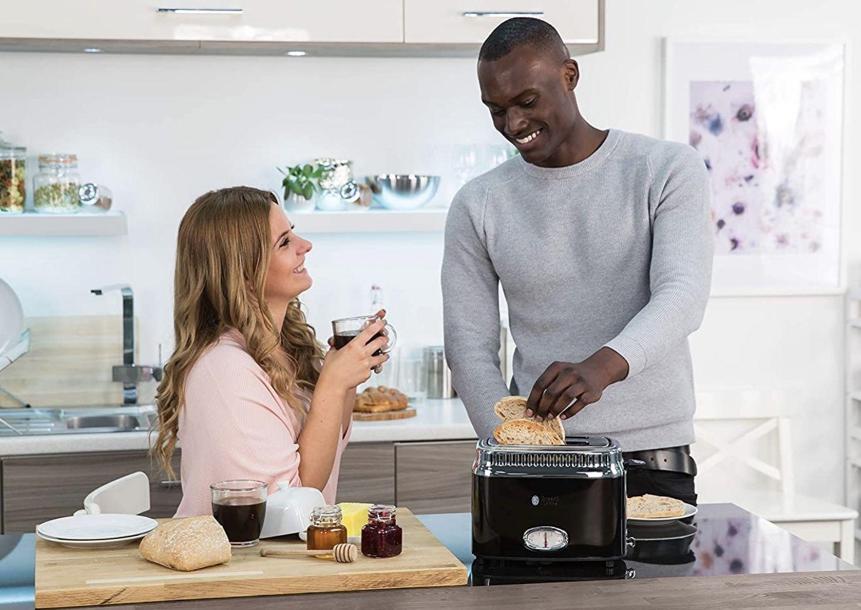 Pricedrop: Russell Hobbs 216 56 Toaster Retro Ribbon in Schwarz für 39,94€ (statt 53€)