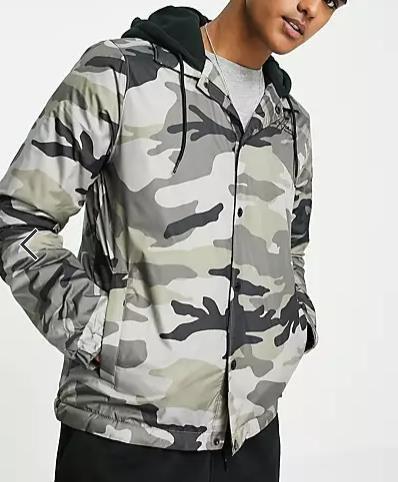 Hollister – Trainingsjacke aus Sweatshirt Stoff und Military Muster für 46,28€ (statt 89€)